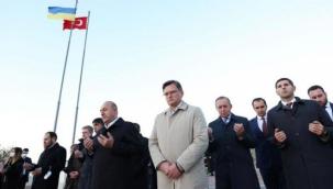 Çavuşoğlu, Ukrayna'daki Türk şehitliğini ziyaret etti