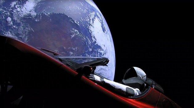Elon Musk, Falcon Heavy ile Tesla otomobili uzaya gönderdi