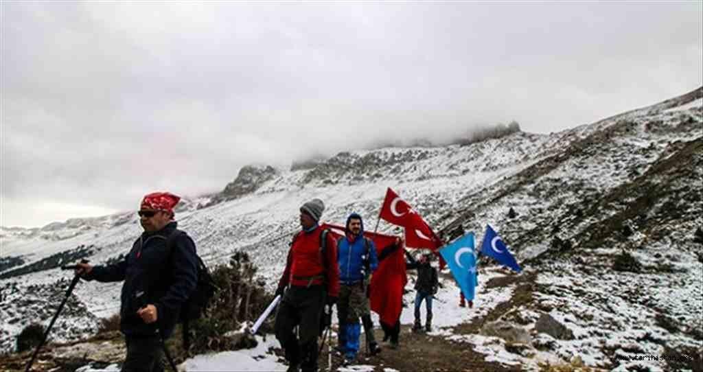 Konya'da dağcılar Doğu Türkistan'a destek için Küpe Dağı'na tırmandılar