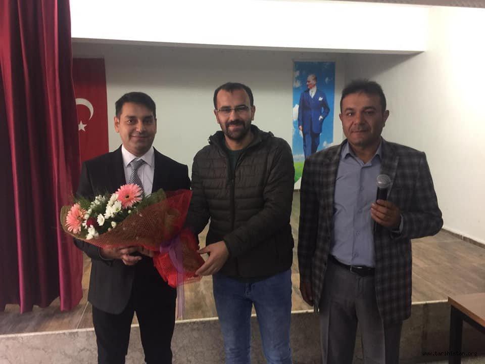 Eğitimci-Yazar-Şair Alper Tunga Kumtepe, Alaşehir Celal Şükrü Sayınsoy öğrencileri ve velileriyle bir araya geldi.