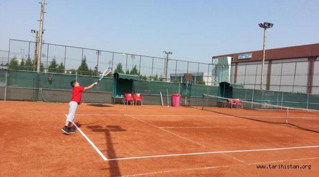 Manisa'da Gençler Tenis Turnuvası Başladı