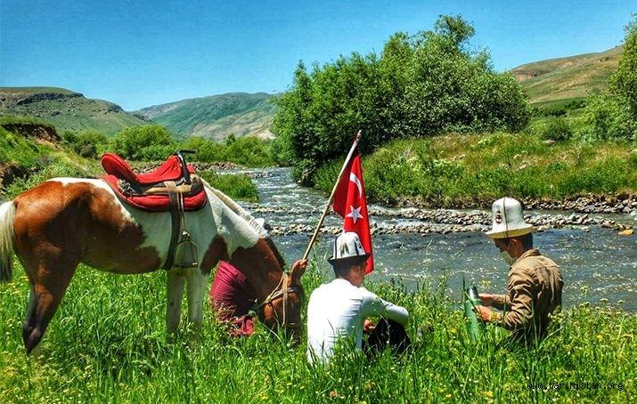 Ulupamir köyü sakinleri: Yeşil olmazsa at, at olmazsa Kırgız olmaz!